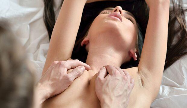Es gibt Frauen, die durch die Stimulation der Brüste und der Brustwarzen zum Orgasmus kommen können