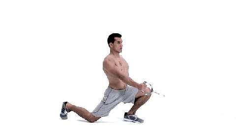 Es mangelt Ihnen an Explosivität und Durchschlagskraft? Sie wollen Schwachstellen endlich ausmerzen? Absolvieren Sie Boxer Jack Culcays Ober- und Unterkörpertraining! Ausfallschritte mit Kabelzug trainieren Ihre Beine.
