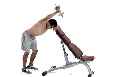 Es mangelt Ihnen an Explosivität und Durchschlagskraft? Sie wollen Schwachstellen endlich ausmerzen? Absolvieren Sie Boxer Jack Culcays Ober- und Unterkörpertraining! Kurzhantel-Trapezheben trainiert die Schultermuskeln und den oberen Rücken.