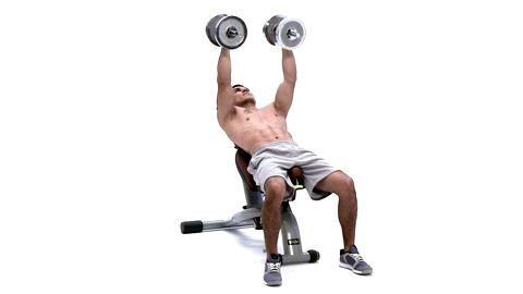 Es mangelt Ihnen an Explosivität und Durchschlagskraft? Sie wollen Schwachstellen endlich ausmerzen? Absolvieren Sie Boxer Jack Culcays Ober- und Unterkörpertraining! Schrägbankdrücken mit Kurzhanteln trainiert Trizeps, Brust und Schultern.