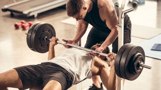 Exzentrisches Training erfordert häufig Hilfestellung