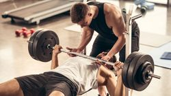 Exzentrisches Training erfordert häufig einen Trainingspartner