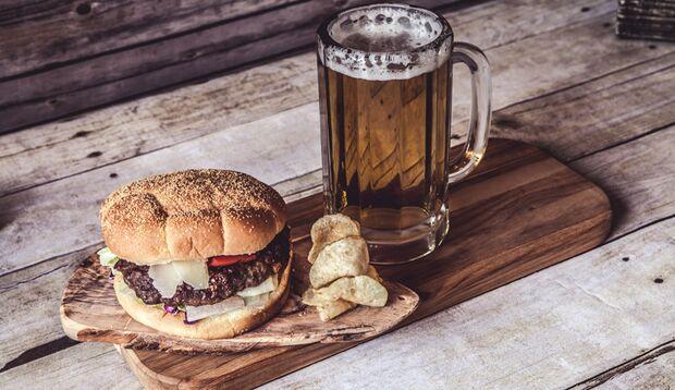 Falsches Food: Nicht das Trinken ist Schuld, eher das viele Essen