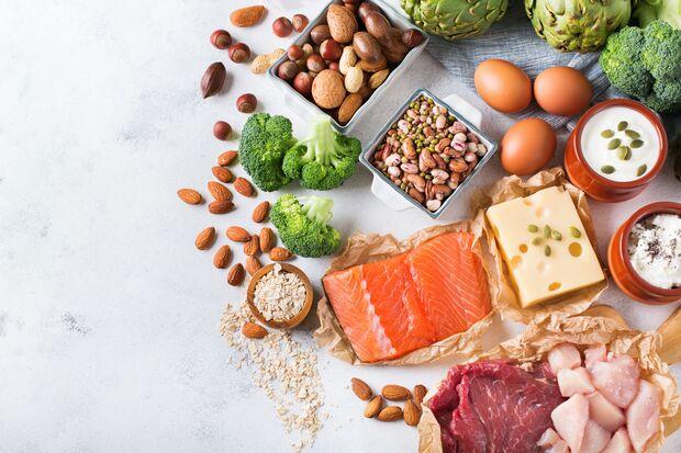 Fisch, Käse, Fleisch, Hülsenfrüchte, und Gemüse und enthalten Proteine
