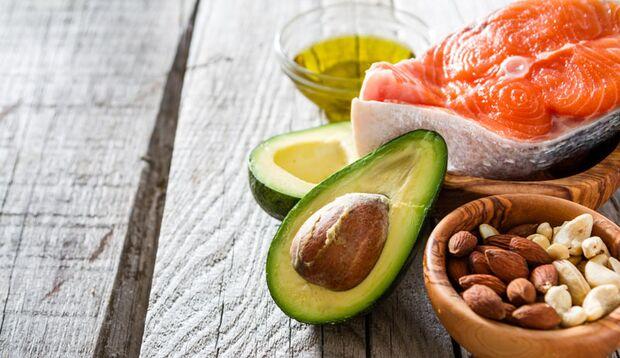 Fisch, Nüsse und Pflanzenöl enthalten wertvolle Fettsäuren, die die Hirnleistung pushen