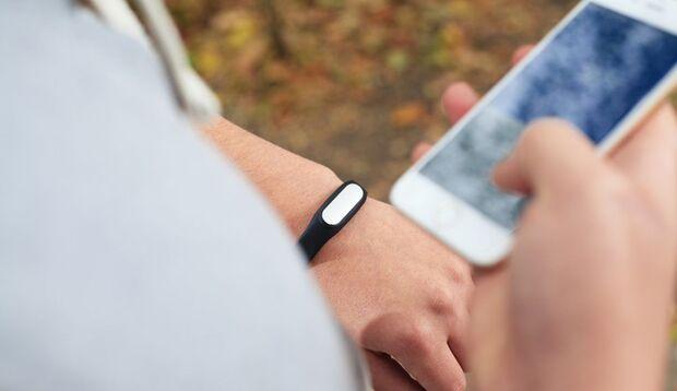 Fitness-Tracker und Smartphone werden regelmäßig synchronisiert