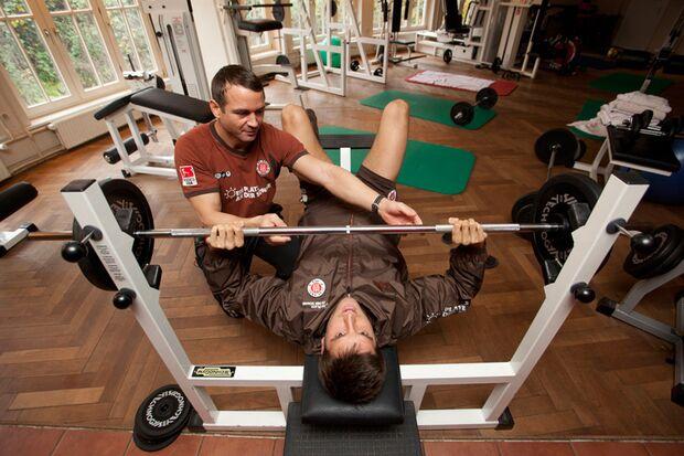 Florian Bruns im Kraftraum mit dem Team-Athletiktrainer Dr. Pedro Gonzalez