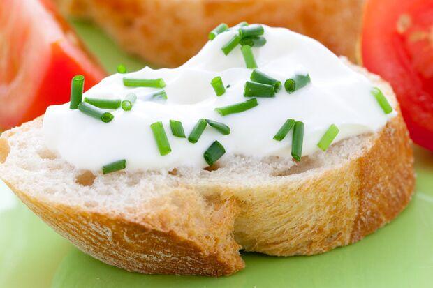 Frischkäse statt  Butter auf dem Brot hilft Kalorien zu sparen