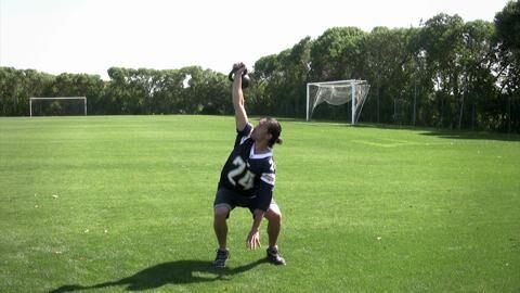Für mächtig Beinpower in Kombination mit Kreuzheben: Im Wechsel 5-mal Kreuzheben, 5 Kniebeugen (unten 4 Sekunden halten), dann 3/3, 1/1. Davon 3 Runden. Die Pause ist jeweils so lang wie zuvor die Belastung.