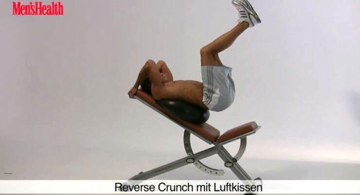 Funtional Training zielt auf den Alltagsnutzen der Muskulatur ab. Oberstes Ziel: Stabilität und Beweglichkeit im Rumpf fördern. Reverse Crunches auf dem Luftkissen sorgen nebenbei auch noch für einen Waschbrettbauch.