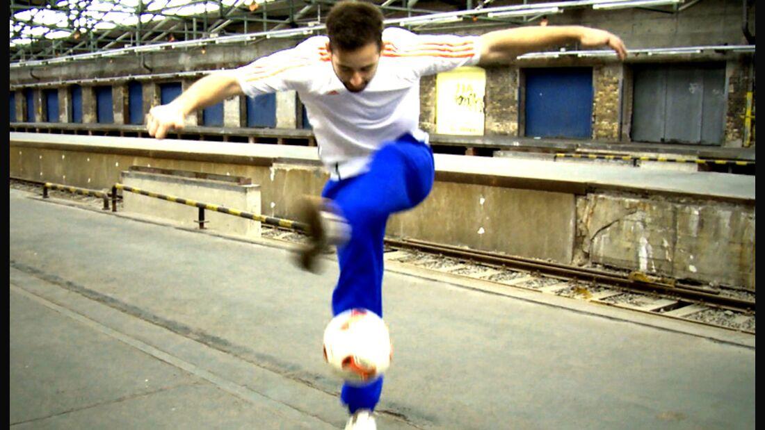 Fußball-Freestyle-Tricks lernen im Video: Crossover
