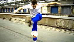 Fußball-Freestyle-Tricks lernen im Video: Crossover
