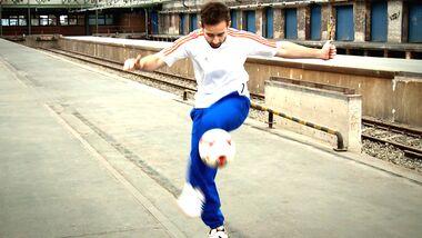 Fußball-Freestyle-Tricks lernen im Video: Hop the World