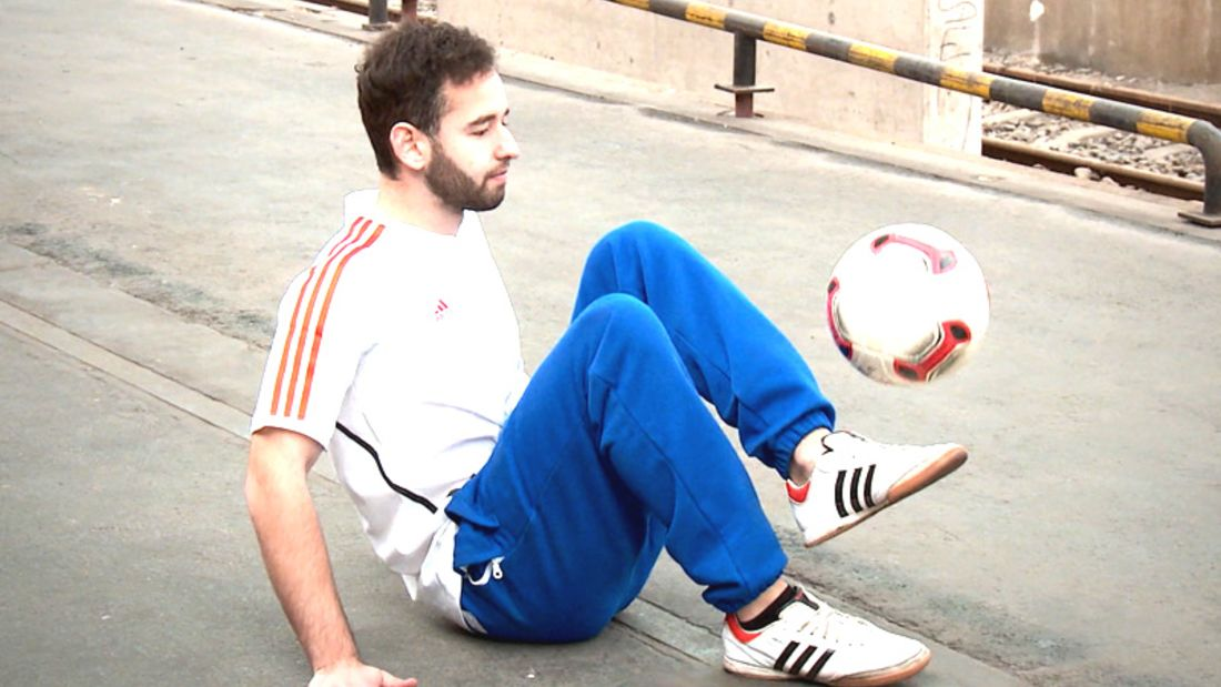Fußball-Freestyle-Tricks lernen im Video: Im Sitzen hochhalten