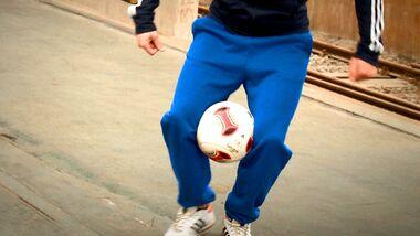 Fußball-Freestyle-Tricks lernen im Video: Knees Hold