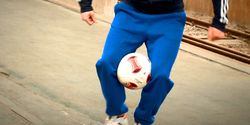 Fußball-Freestyle-Tricks lernen im Video: Knees Hold