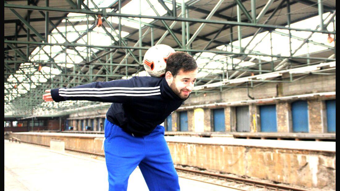 Fußball-Freestyle-Tricks lernen im Video: Neck Stall
