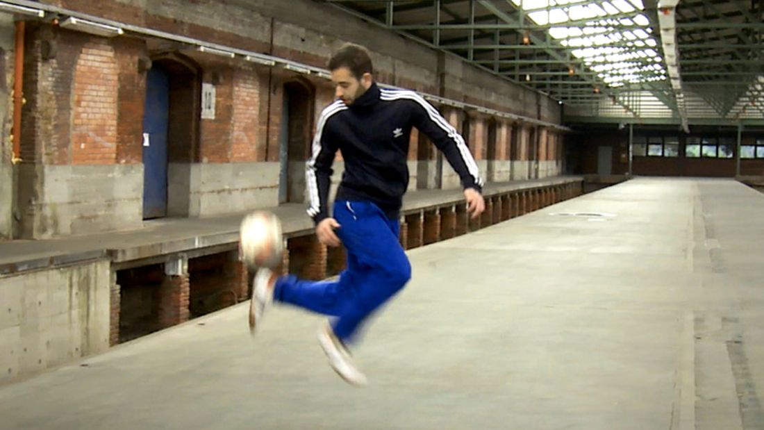 Fußball-Freestyle-Tricks lernen im Video: Okacha Trick