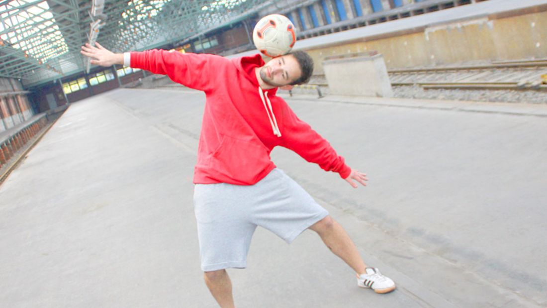 Fußball-Freestyle-Tricks lernen im Video: Side Stall