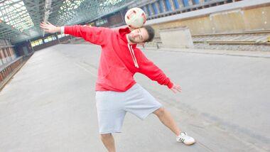 Fußball-Freestyle-Tricks lernen im Video: Side Stall