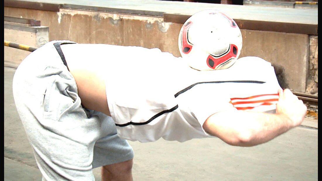 Fußball-Freestyle-Tricks lernen im Video: T-Shirt-Trick