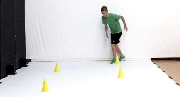 Fußball-Star Marco Reus macht Sie fit für die WM. Diagonale Sprünge automatisieren Sie Ihre fußballerischen Bewegungsabläufe. So läuft's fließend