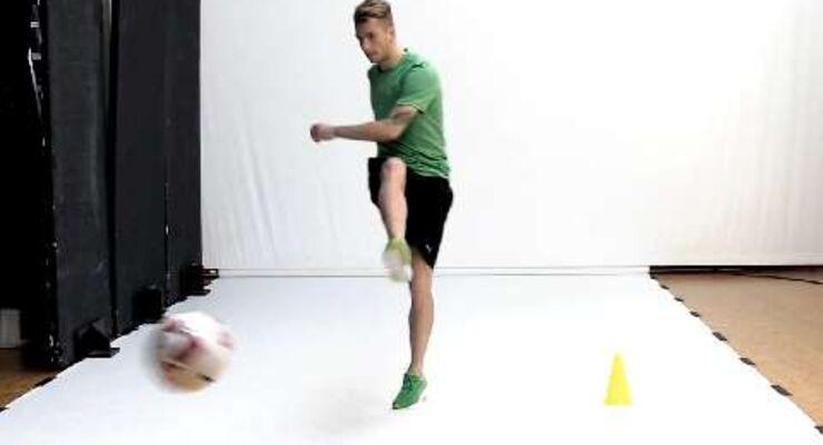 Fußball-Star Marco Reus macht Sie fit für die WM. Mit Torschuss-Dribbling automatisieren Sie Ihre fußballerischen Bewegungsabläufe. So läuft's fließend