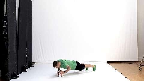 Fußball-Star Marco Reus zeigt seine effektivsten Übungen für mehr Schusskraft, Tempo und Dynamik. Burpees mit Fußball sind Ganzkörper-Übungen, die den Rumpf in den Fokus stellen – Ihre Geheimwaffe für scharfe Schüsse