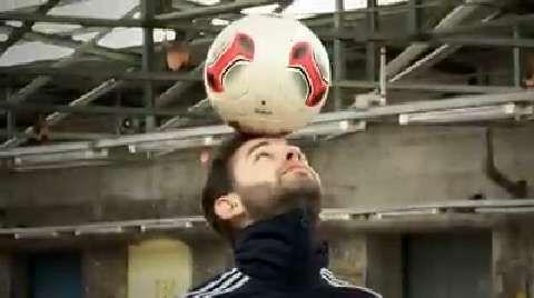 Fußballer sollten auch Köpfchen haben – sonst klappt der Head Stall nicht. Mit Balance und Ballgefühl können Sie den Ball gekonnt auf Ihrer Stirn balancieren. Keine Sorge, Florian Halimi zeigt Ihnen im Video, wie Sie nicht wie ein Seehund aussehen