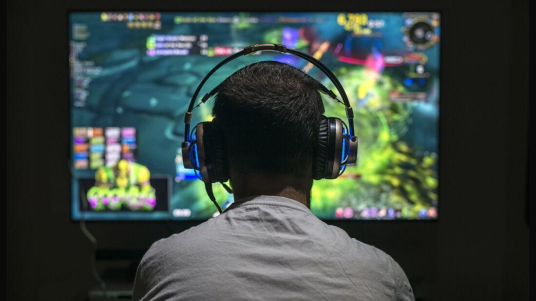 Gamer vor buntem Bildschirm