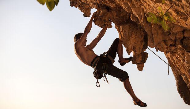 Gerade Kletterer profitieren von der kompakten Kraft ohne dicke Muskelberge, die Sie mit Maximalkrafttraining erzielen