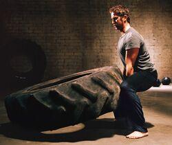 Gerard Butler beim Kreuzheben mit Reifen