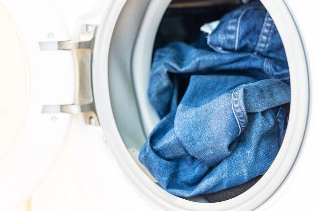 Gib deine Jeans nie in den Trockner, das schadet den Fasern