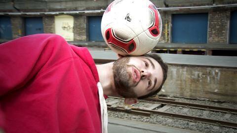Gleichgewicht ist neben Ballgefühl und der richtigen Technik eine wichtige Voraussetzung für Fußball-Freestyler. Damit Sie ein kühlen Kopf bewahren, erklärt Florian Halimi Ihnen im Video, wie der Freestyle-Trick funktioniert