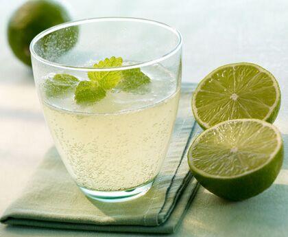 Grüner Budda löscht den Durst mit Limette