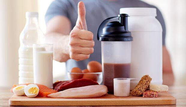 Gute Proteinquellen sind Eier, Fleisch (wie Putenbrust), Fisch (wie Tunfisch), ungezuckerte Milchprodukte, Hülsenfrüchte und Nüsse