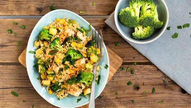Hähnchen-Reis-Pfanne mit Brokkoli und Mais
