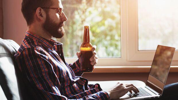 Häusliche Isolation steigert häufig den Alkoholkonsum