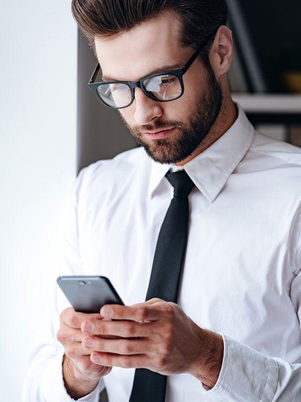 Halten Sie zirka 40 Zentimeter Abstand zu Ihrem Smartphone