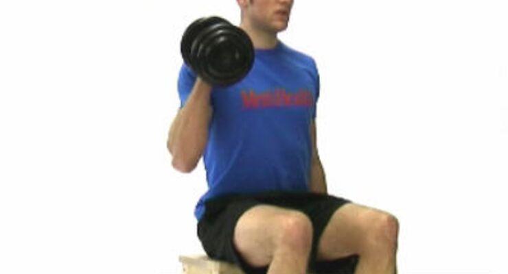 Hammer-Curls: Zwei Kurzhanteln greifen, aufrecht sitzen, die Gewichte neben dem Körper hängen lassen. Die Handflächen zeigen dabei zueinander.<br /> Einen Arm beugen, bis die Hantel etwa auf Schulterhöhe ist. Arm strecken, zugleich den anderen beugen.
