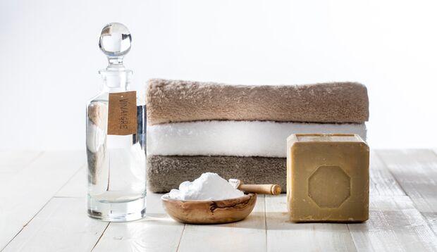 Hausmittel wie Essig, Gallseife oder Zitronensäure wirken mitunter Wunder beim Waschen