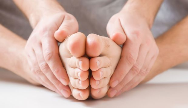 Hausmittel wie Wick Vaporub können gegen Nagelpilz helfen