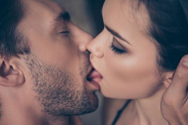 Heiße Küsse machen Frauen feucht