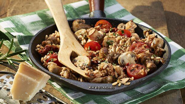 Herzhafte Hackfleisch-Reis-Pfanne mit Pilzen und Tomaten
