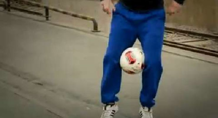 Hier ist Timing gefragt! Fußball-Freestyler Floriam Halimi zeigt Ihnen im Video-Tutorial, wie Sie den richtigen Zeitpunkt treffen, um den Ball mit den Knien aufzufangen. Hochgeschossen und eingefangen. So geht's