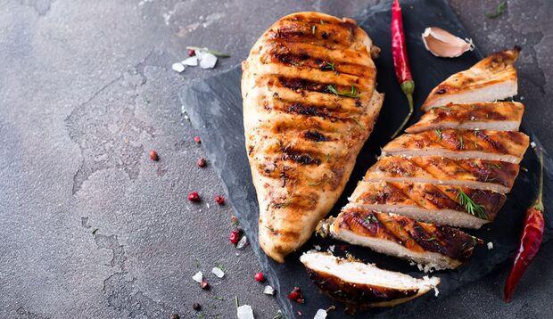 Hühnerbrust enthält viel weniger Fett als die Hähnchenkeule