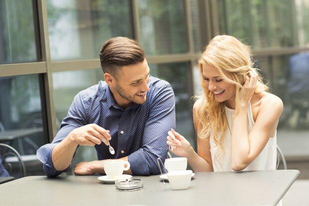 Humor beim ersten Date: Bringen Sie die Frau zum Lachen!