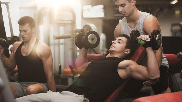 Idealerweise lässt du dich im Gym von einem Trainer durch die erste Einheit führen und regelmäßig überprüfen