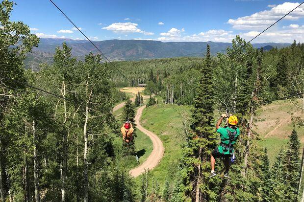 """Im Abenteuerpark """"Lost Forest"""" geht es durch einen rasanten Zip-Lining-Parcours ins Tal"""