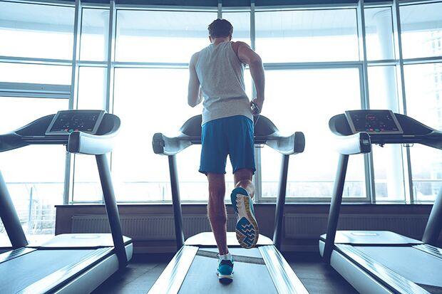 Im Fitness-Studio verbessern Sie mit einem Indoor-Zirkel Ihre Ausdauerarbeit bei jedem Wetter